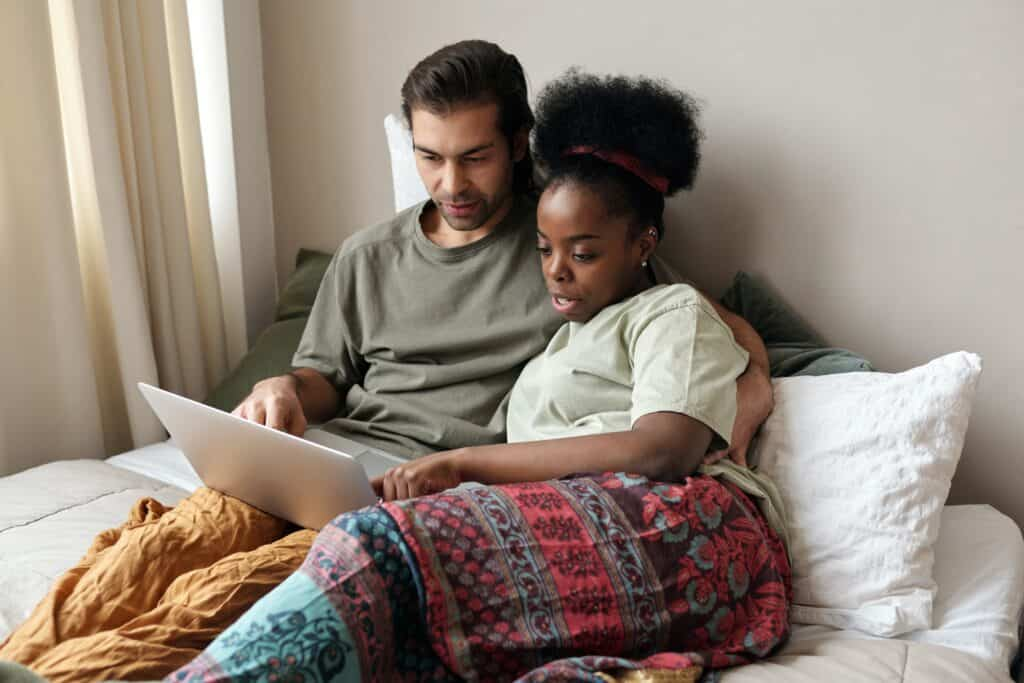 couple with a laptop in bed 4046110